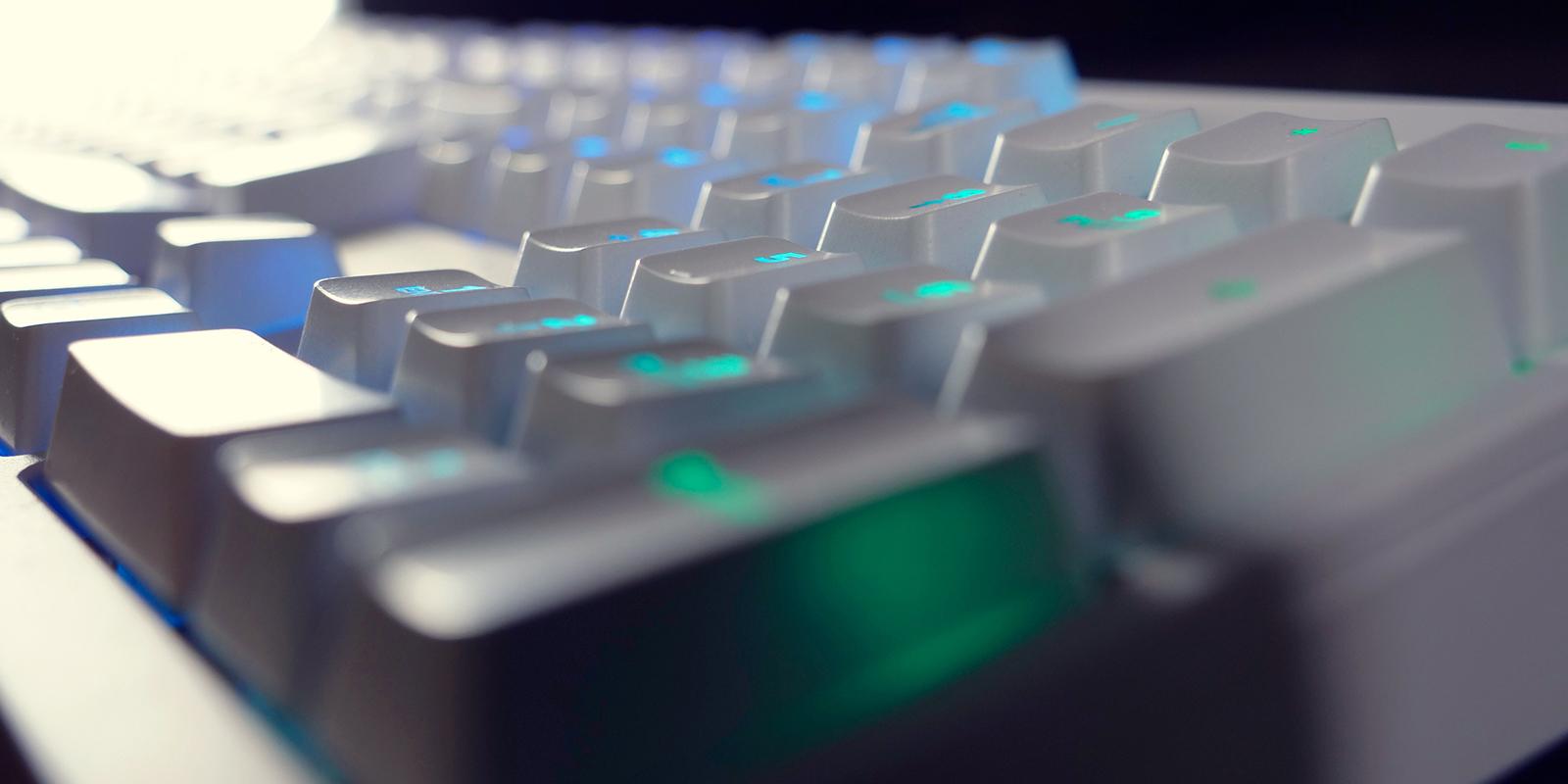 2-RGBホワイト 英語配列 赤軸メカニカル ゲーミングキーボード 1,680万色LEDイルミネーション(各キー設定可) UK配列4