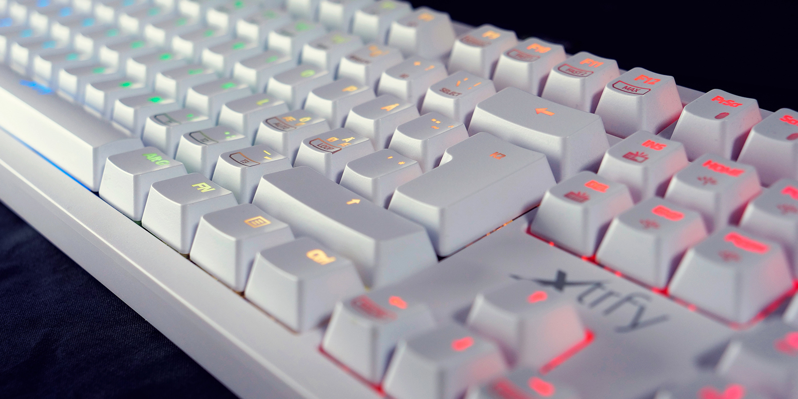 2-RGBホワイト 英語配列 赤軸メカニカル ゲーミングキーボード 1,680万色LEDイルミネーション(各キー設定可) UK配列3