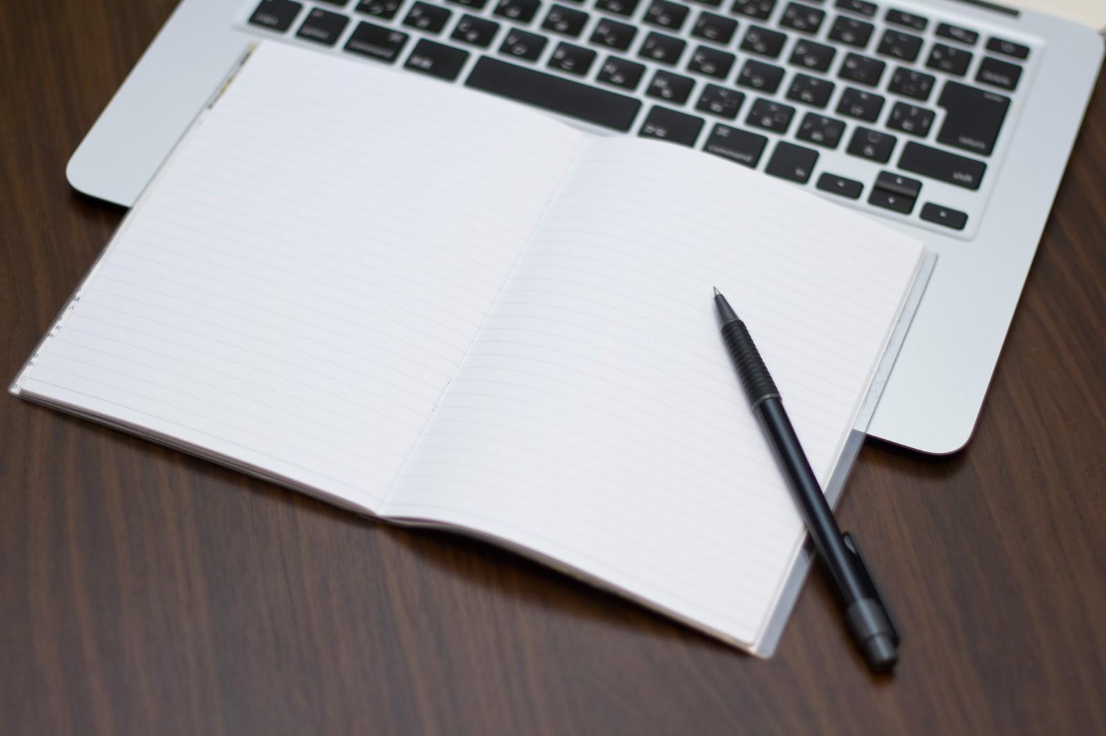 ノートパソコンにメモとペン